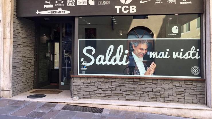 """Skandal we Włoszech. Niewidomy tenor wykorzystany w reklamie """"niewidzianych wcześniej"""" wyprzedaży"""