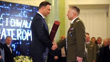 01-03-2016 11:53 Prezydent wręczył awanse generalskie dwóm oficerom