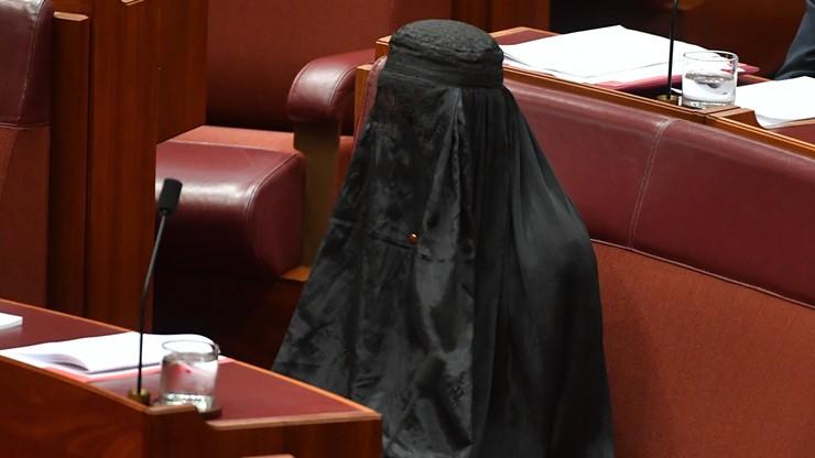 Przyszła do parlamentu w burce. Bo chce zakazu ich noszenia