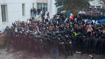 20-01-2016 18:23 Protesty antyrządowe w Mołdawii. Demonstranci wdarli się do parlamentu