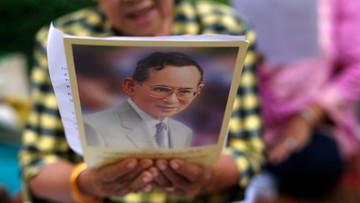 11-10-2016 09:22 Tajlandczycy ubrali się na różowo. W ten sposób wspierają króla