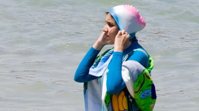 Francja: cofnięto zakaz noszenia burkini na plażach