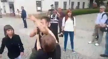 26-06-2017 17:30 Od tego rozpoczęła się awantura w Radomiu. Film z próby odebrania flagi KOD