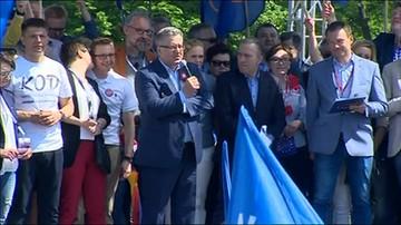 Bronisław Komorowski na marszu KOD
