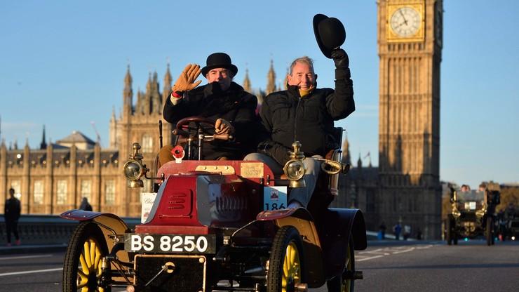 """Najstarszy miał 121, najmłodszy tylko 111 lat. 400 samochodów na trasie """"Bonhams Veteran Car Run"""""""