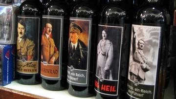 """06-09-2016 17:42 """"Sieg Heil"""". Hitler pozdrawia z półek niemieckiego pubu"""