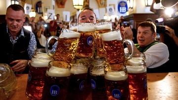 13-09-2016 21:28 Przeniósł 27 kufli piwa. Bawarczyk rekordzistą świata w podnoszeniu złocistego trunku