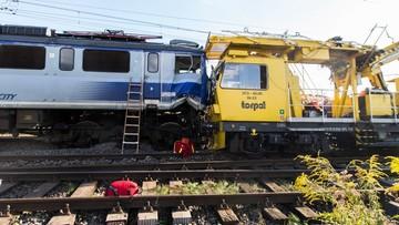 Wykoleił się pociąg osobowy, który uderzył w drezynę. 10 osób rannych