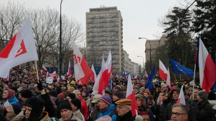 2016-12-17 Protest opozycji przed Sejmem. Ludzie żądają ustąpienia PiS i wcześniejszych wyborów