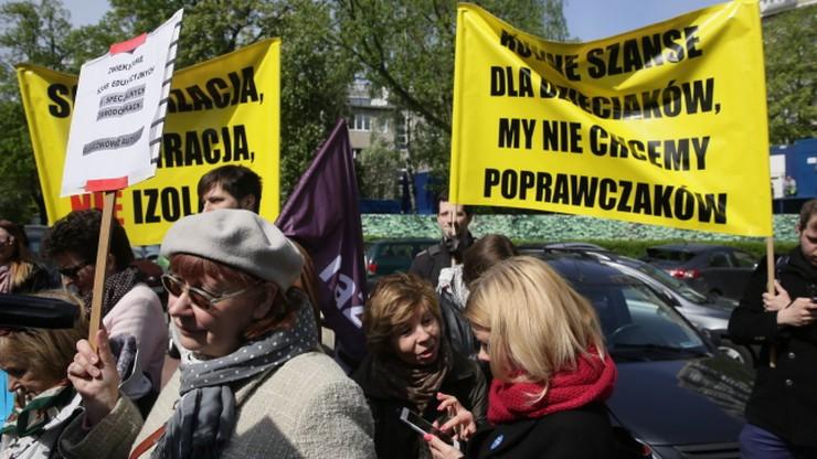 Manifestacja przed Sejmem przeciwko zmianom w nauczaniu indywidualnym