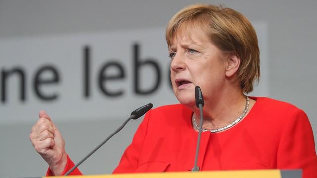 Angela Merkel obrzucona pomidorami na wiecu w Heidelbergu