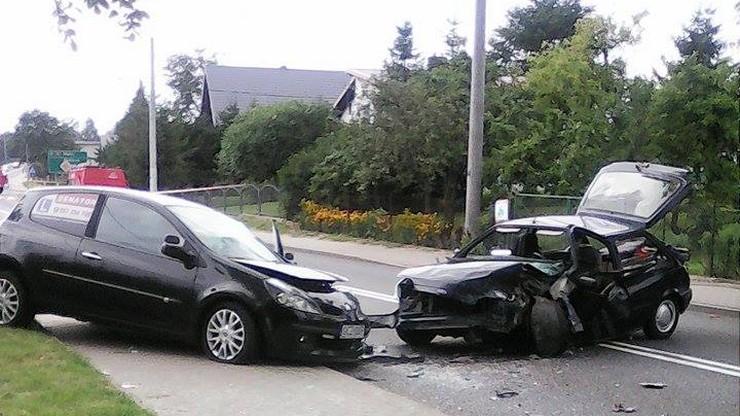 Wypadek w Chrząstowie koło Człuchowa. Zderzenie renault i forda w środku wsi