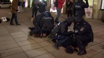 Protest przed pałacem prezydenckim. Interweniowała policja: cztery osoby rzucały jajkami w samochody