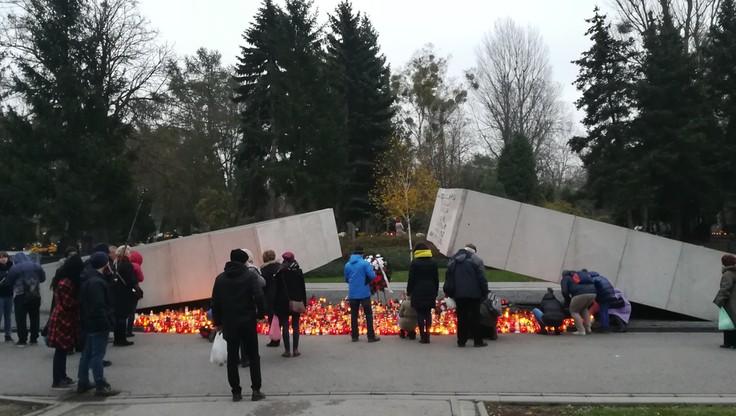 Znicze przy pomniku ofiar katastrofy smoleńskiej na warszawskich Powązkach
