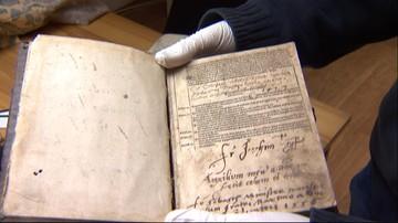 24-04-2017 22:33 Otworzyli kościelne szafy po 70 latach. Znaleźli... Bibilię z 1531 roku