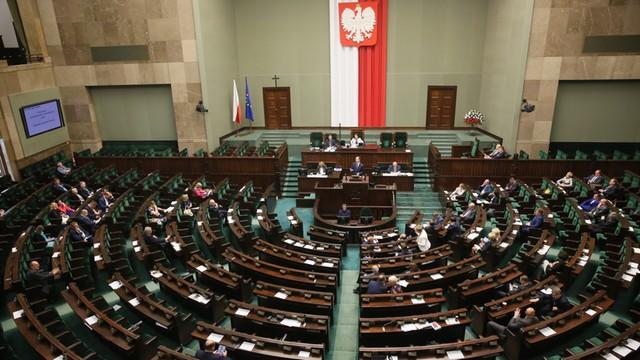 Posłowie PO chcą ukarania posła, który pokazał środkowy palec