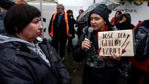 Czarny protest w Warszawie - akcje przed kościołami i przy metrze w centrum