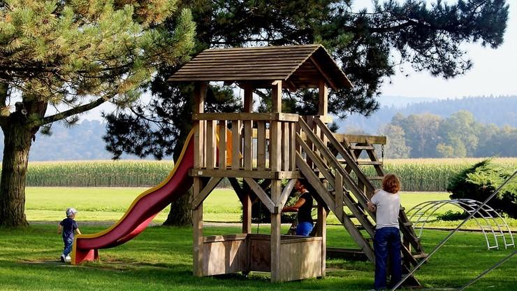 Brytyjskie dzieci spędzają na dworze mniej czasu niż kryminaliści