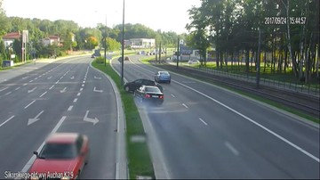 26-09-2017 11:09 Olsztyn: Po groźnej kolizji auta wylądowały jedno na drugim. 28-latek stracił prawo jazdy