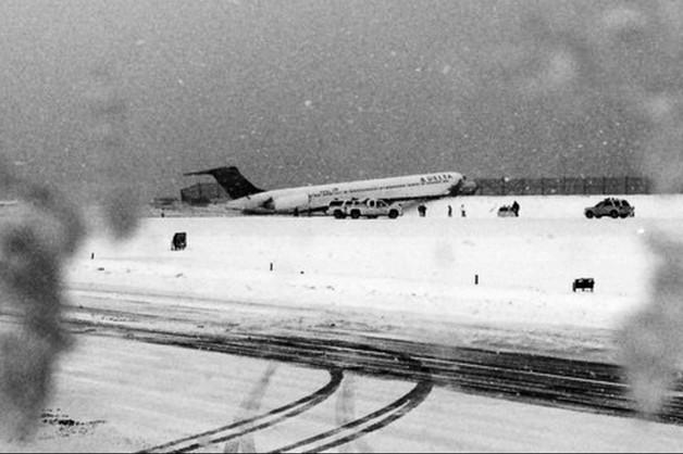 Nowy Jork: samolot zsunął się z oblodzonego pasa