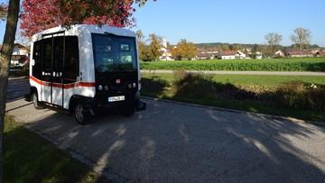 Zabiera 12 pasażerów, nie omija przeszkód. Pierwszy autonomiczny autobus w Niemczech już w trasie