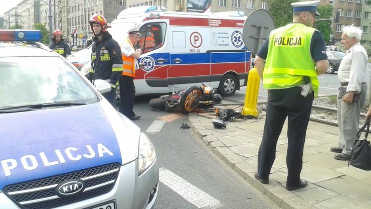 Wypadek w Warszawie. Motocykl uderzył w osobówkę. Trzy godziny utrudnień