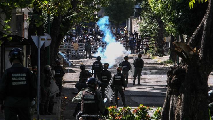 Petardy i bójka w parlamencie w Wenezueli. Zwolennicy Maduro starli się z opozycją