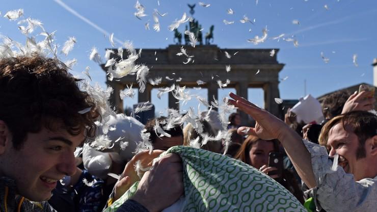 Wielka bitwa na ulicach Berlina. Bronią były... poduszki