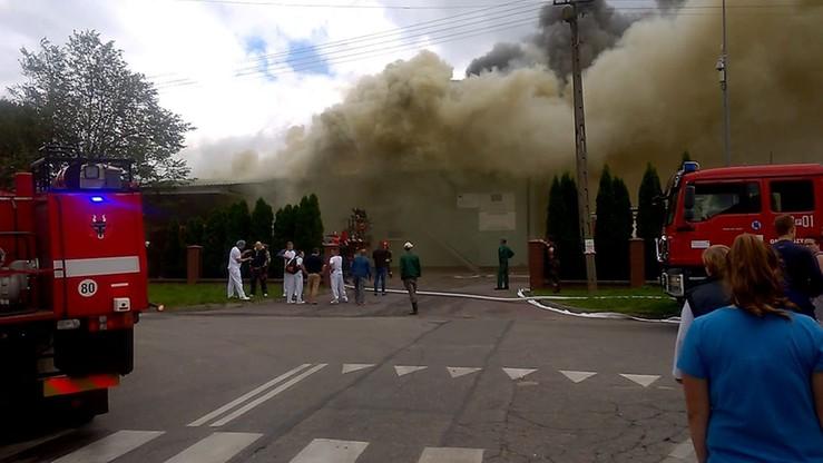 2017-07-04 Mleczarnia w ogniu. Użytkownik polsatnews.pl nagrał akcję gaśniczą