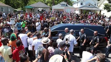 11-06-2016 13:11 Tyson i Lewis nieśli trumnę. Tłumy na pogrzebie Alego w Louisville