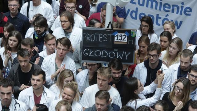 Lekarze rezydenci zawieszają protest na czas kolejnych rozmów z rządem