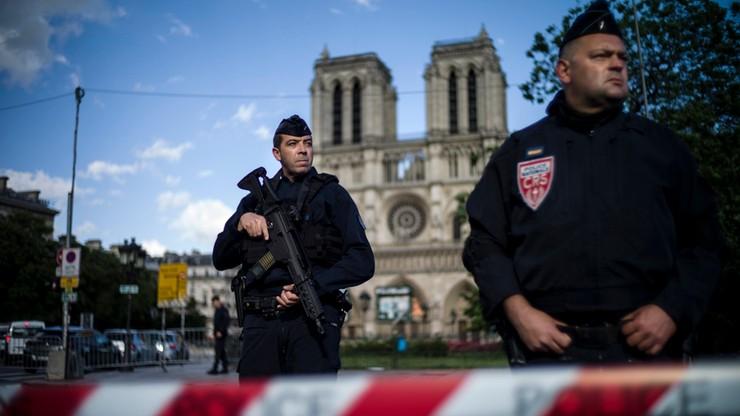 Media o zamachu w Paryżu: kolejny raz mundur na celowniku