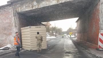 26-01-2017 16:24 Ciężarówka amerykańskich żołnierzy utknęła pod wiaduktem