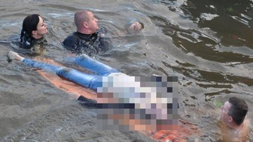 26-05-2017 11:27 Błyskawiczna akcja policji. Wydobyli z dna rzeki kobietę. Była 3 metry pod wodą