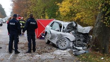 11-11-2017 12:18 Śmiertelny wypadek w Skórczu. Audi wbite w drzewo