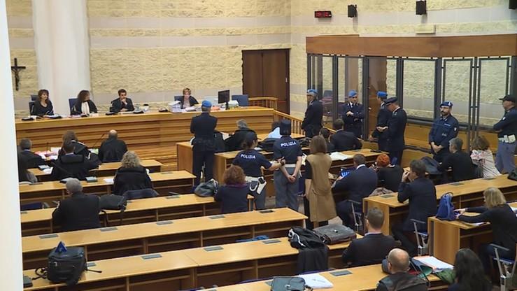 """""""Najwyższa kara za gwałt"""". Pikieta przed sądem w Rimini"""