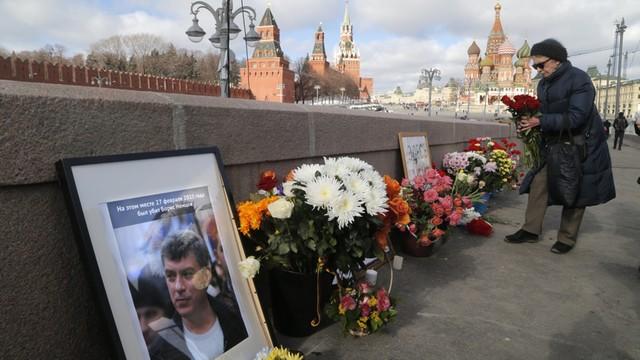 Rosja: służby miejskie usunęły kwiaty z miejsca zabójstwa Niemcowa