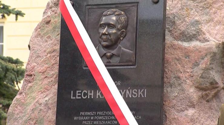 Gronkiewicz-Waltz: głaz z tablicą ku pamięci Lecha Kaczyńskiego nielegalny, będzie kontrola