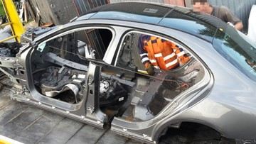 15-09-2017 07:10 Kradzione w Wielkiej Brytanii, demontowane na Podlasiu. CBŚP zlikwidowało dziuplę samochodową