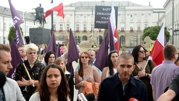 """15-07-2017 17:49 """"Brońmy sądów"""". Weekendowe protesty Razem i KOD"""