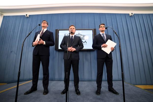 Hofman, M.A. Kamiński i Rogacki chcą zwrócić pieniądze