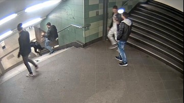 11-12-2016 11:08 Kobieta zaatakowana na schodach. Szokujące nagranie z berlińskiego metra