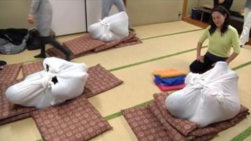 Relaks po japońsku. Owijają w płótno i… bujają