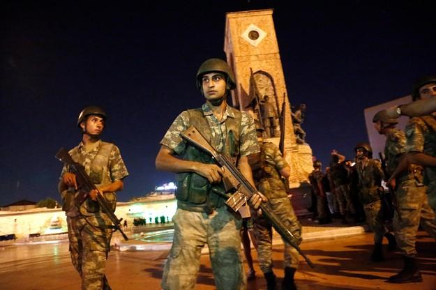 Wojsko próbowało przejąć władzę w Turcji. Zamach stanu godzina po godzinie