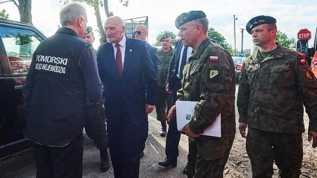 Macierewicz: wojsko wkroczyło do akcji na wniosek wojewody