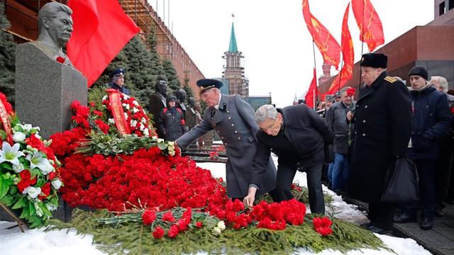 Rosja: Czerwone goździki od komunistów na grobie Stalina