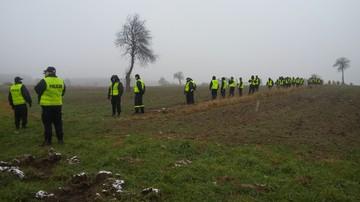09-11-2016 12:06 Policja przeszukała pole w Radomiu. Śledztwo w sprawie zabójstwa dwóch kobiet