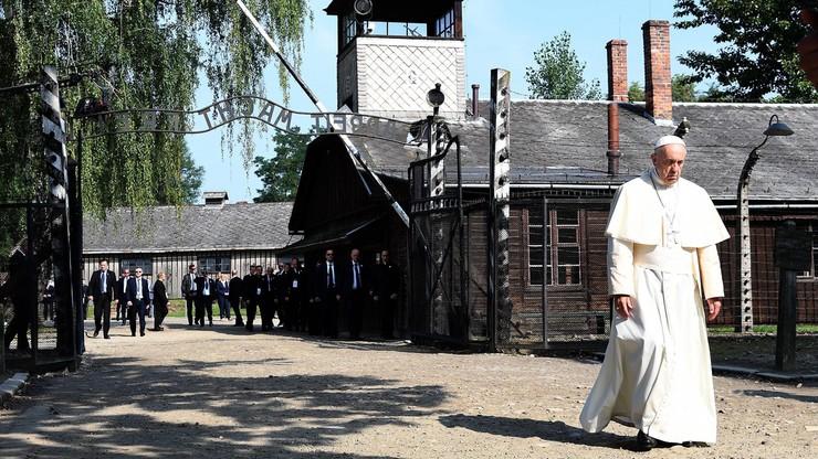Papież spotkał się z byłymi więźniami Auschwitz. Ucałował słup szubienicy