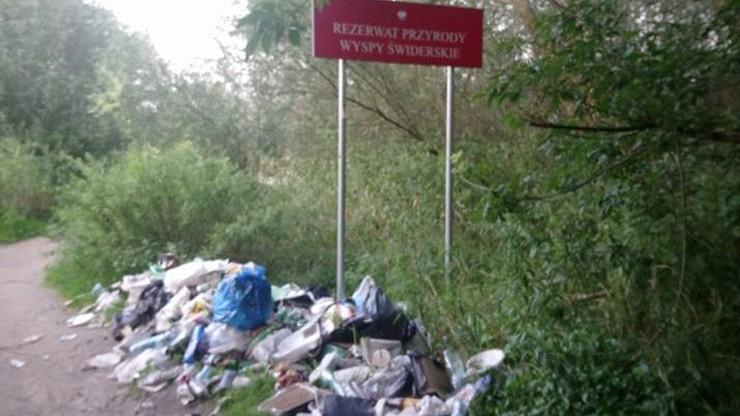 Sterta śmieci na terenie rezerwatu przyrody Wyspy Świderskie