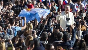 """08-11-2017 12:15 Papież: ksiądz w czasie mszy mówi """"w górę serca"""", nie """"w górę telefony"""""""